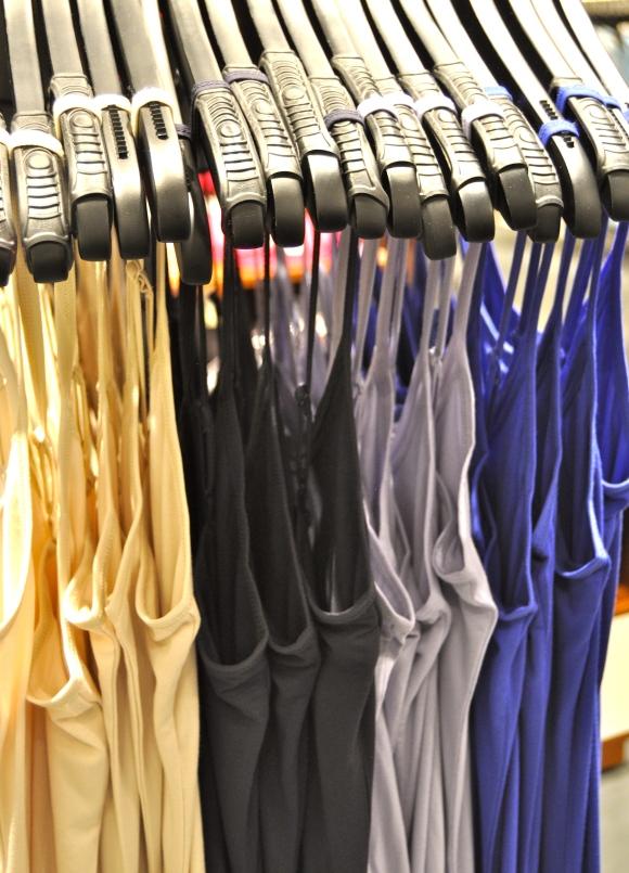 Singletten finnes i disse fargene, samt hvit og svart i butikk nå.